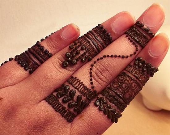 Lace Rings Finger Mehendi Design